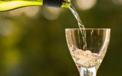 Hapja dhe hedhja e verës në gotë